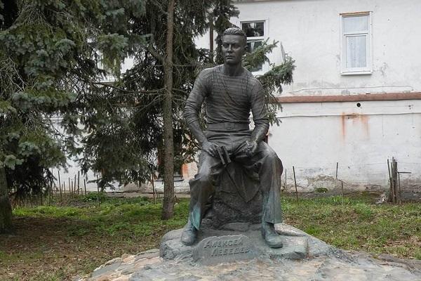 Памятник подводнику Алексею Лебедеву